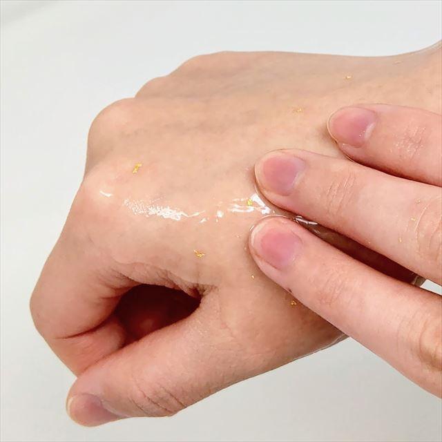 金箔配合化粧水 アルシアンブライトローション 使い方 手になじませる